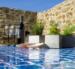 Weinflasche, Gläser und Kräuter