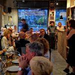 Speise und Wein im Weinladen